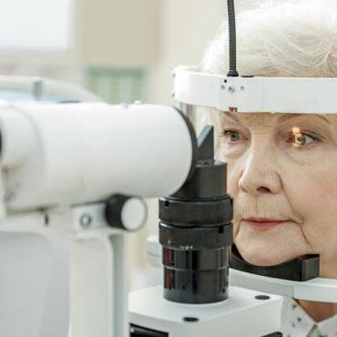 Identifying-cataracts-during-an-eye-test.jpg